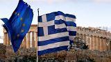 Europa- und Griechenlandflagge vor dem Parthenon-Tempel