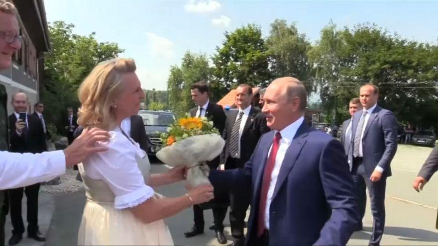 Putin asiste a la boda de la ministra austriaca de Exteriores
