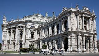 Fiáker a bécsi Burgtheater előtt. Már nem tűnnek olyan megbízhatónak.