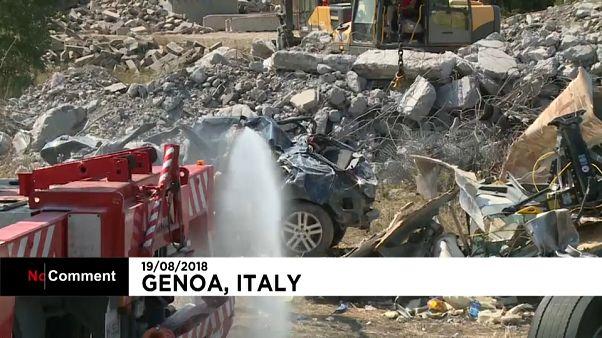 Genova, una distesa di lamiere sotto il ponte Morandi