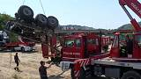 Cenova'da yıkılan köprüde 35 otomobil ve 3 TIR alt yola düştü.
