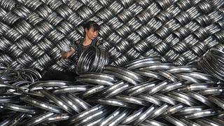 عاملة في معمل يصدر إطارات الصلب من الصين إلى الولايات المتحدة