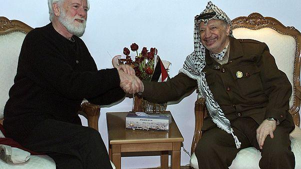 خلال لقائه مع الزعيم الفلسطيني الراحل ياسر عرفات عام 2002