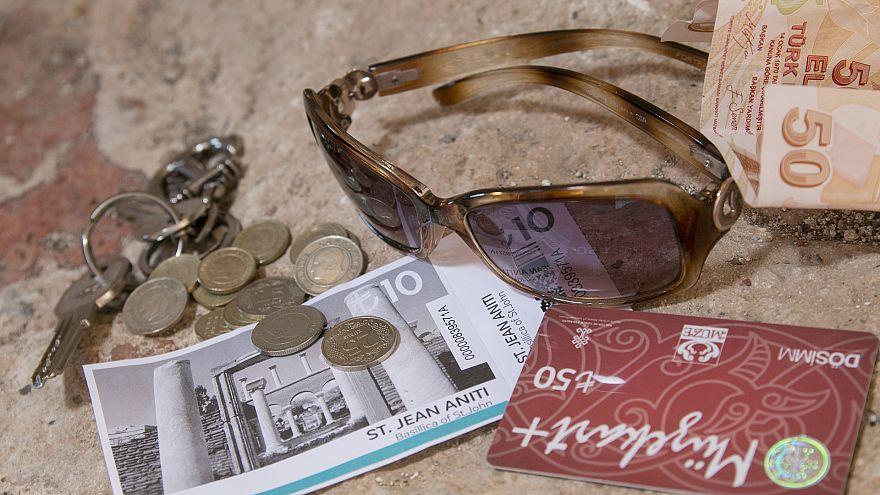 Lira-Münzen und -Scheine und eine Sonnenbrille