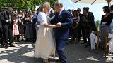 وزيرة خارجية النمسا كارين كنايسل ترقص مع الرئيس الروسي فلاديمير بوتين