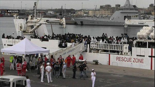 Nave Diciotti nel porto di Catania, ma i migranti non sbarcano