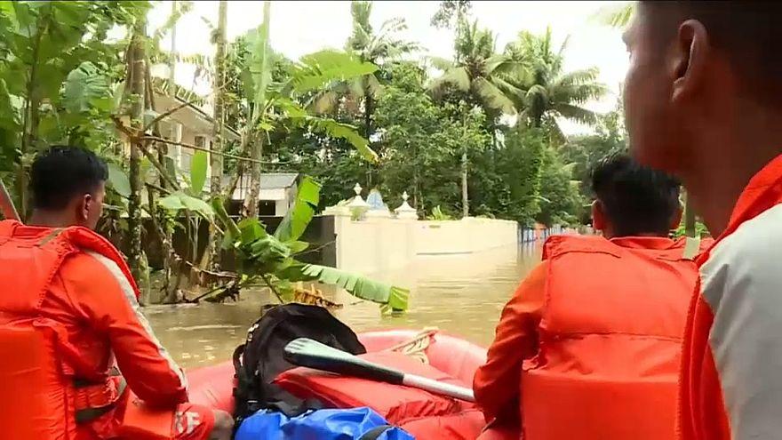 Equipas de resgate ajudam vítimas das cheias em Kerala