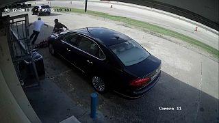 شاهد: سيدة أمريكية ترفض الاستسلام عندما هاجمها لصان لسرقة مبلغ 75 ألف دولار كان في حقيبتها