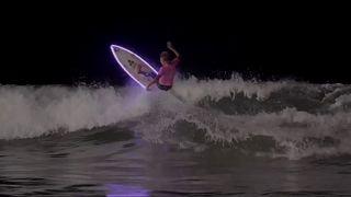 Surf noturno no lançamento em França da qualificação para o Mundial
