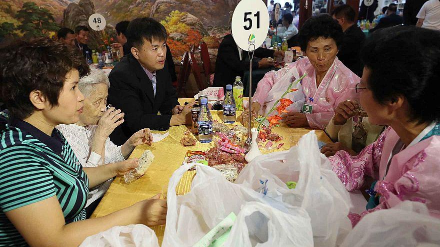 """وسط الدموع والفرح...كوريا الشمالية تستقبل """"العائلات المفصولة"""" بالهدايا والألوان"""