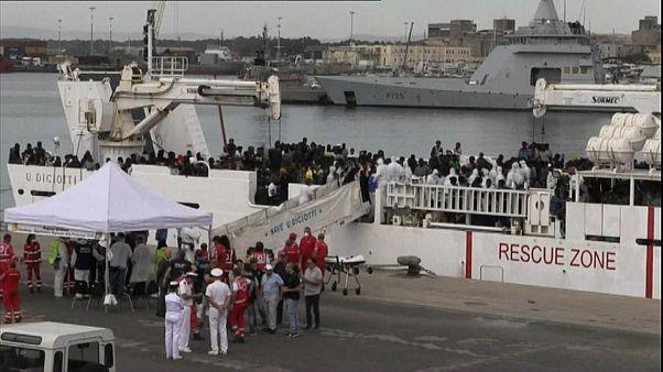 Diciotti atracou em Catânia mas os migrantes não podem sair do navio