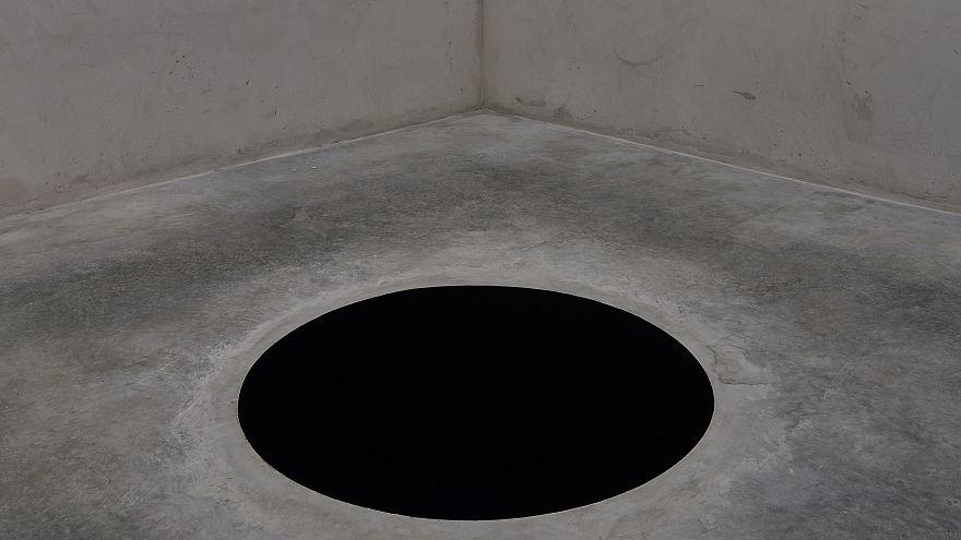 """Турист упал в """"черную дыру"""" на выставке Аниша Капура в Порту"""