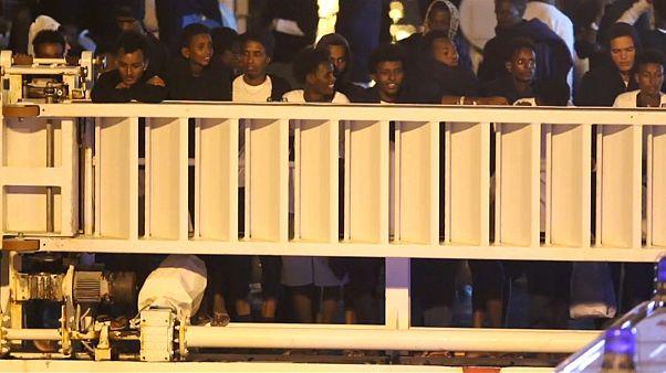 Migrantes em compasso de espera no porto de Catânia