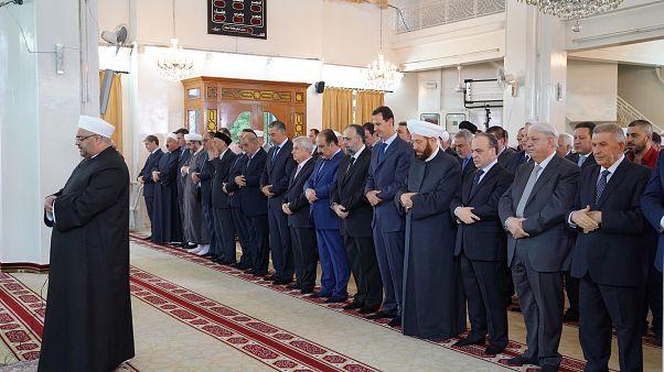 Aszad elnök együtt imádkozott a hívekkel Damaszkuszban