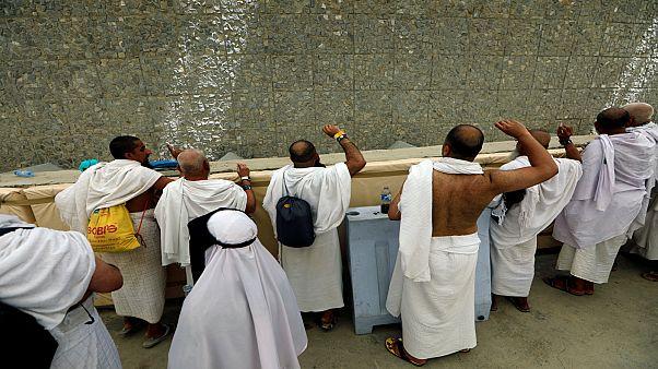 حجاج بيت الله الحرام أثناء رمي الجمرات خلال تأدية مناسك الحج بالسعودية