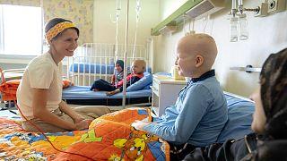 أسماء الأسد تزور أطفالاً مصابين بالسرطان في أول أيام عيد الأضحى