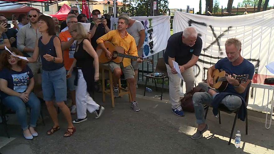 شاهد: ستينغ يغني مع عمال إيطاليين تضامناً معهم ضد طردهم من العمل
