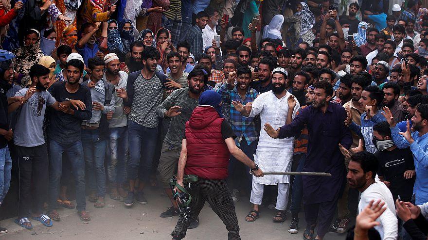 شاهد: اشتباكات عنيفة في الجزء الهندي من كشمير بين قوات الأمن ومتظاهرين