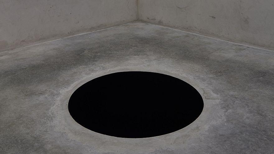 Un hombre en el hospital al caer por un 'agujero negro', obra de Anish Kapoor