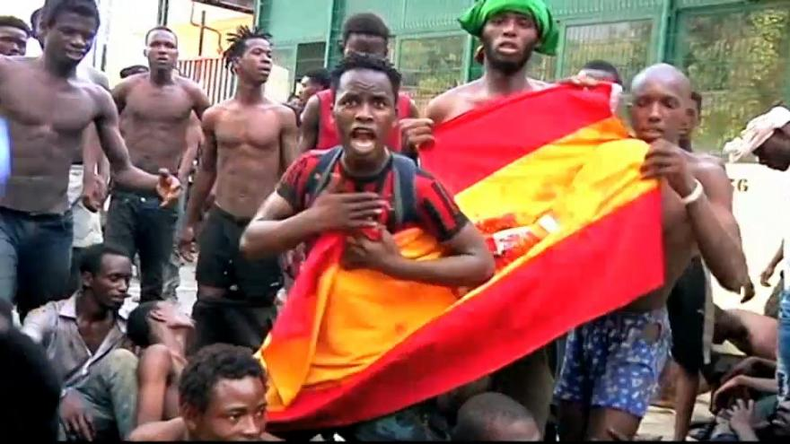 Des migrants africains forcent la frontière de Ceuta