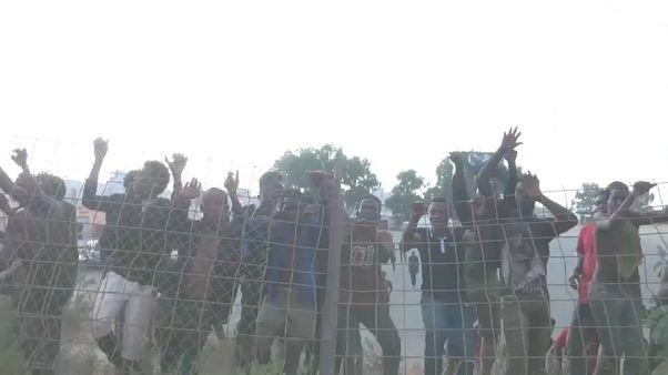 Afrikalı göçmenler Avrupa'ya geçmek için Ceuta'da tel örgülerden atladı