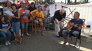 استینگ برای کارگران اخراجی یک کارخانه گیتار زد و ترانه اجرا کرد