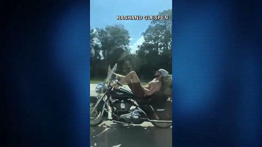 شاهد : رجل يقود دراجة نارية بقدميه بسرعة 95 كيلومتراً في الساعة
