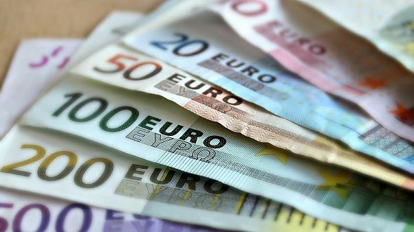 اليورو في أعلى مستوياته في أسبوعين والدولار يتراجع مع الضغوط على ترامب