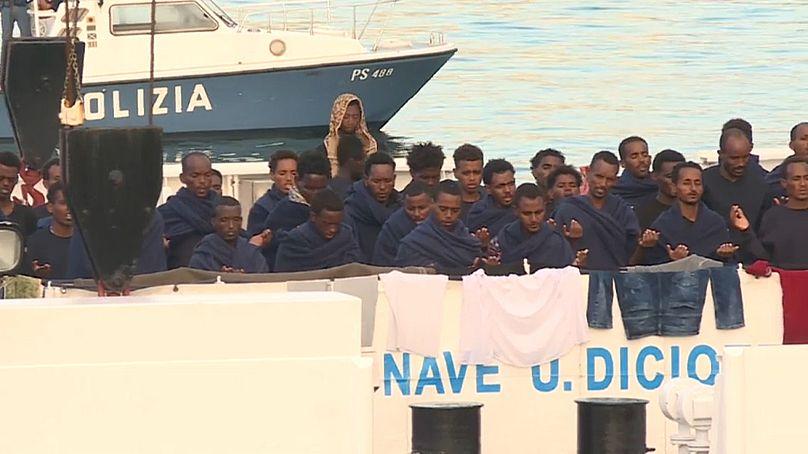 Italia desembarca a inmigrantes en barco atracado y ministro Salvini es investigado