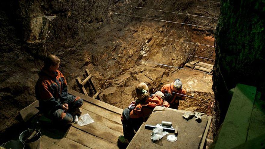 Excavación en la cámara Est la cueva Denisova en Russia