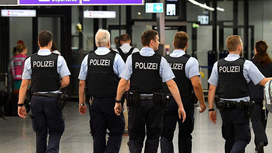 صورة لعناصر من الشرطة الألمانية في مطار فرانكفورت