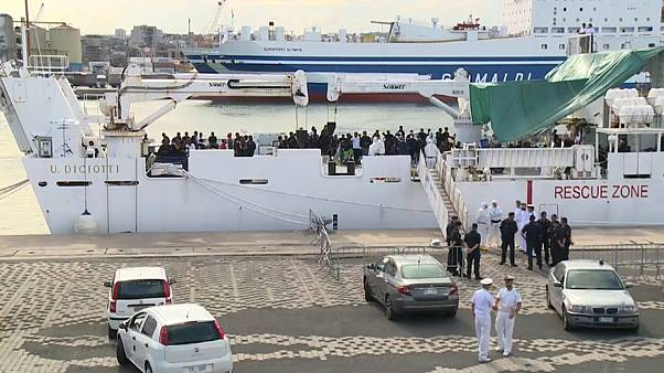 Italy lets in all child migrants from coastguard ship