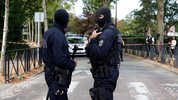 مقتل سيدتين في هجوم بالسكين قرب باريس وداعش يعلن مسؤوليته والضحيتان هما أم المهاجم وشقيقته
