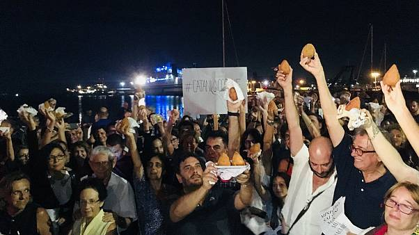 """Catania: blandiendo """"arancini"""" a favor de la acogida de inmigrantes"""