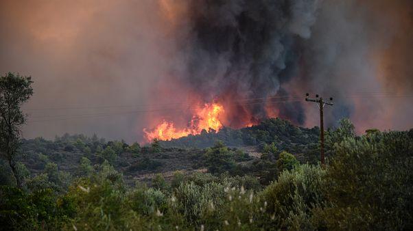 Φωτιές σε Κέρκυρα και Σαλαμίνα