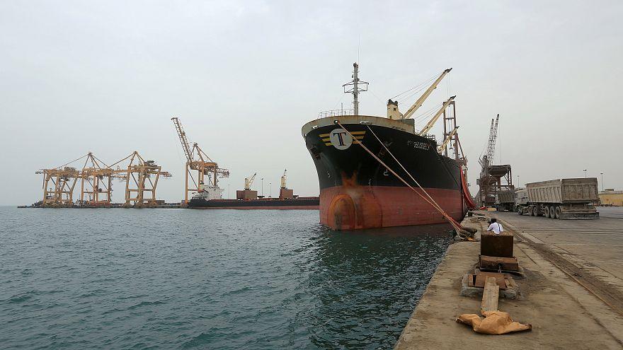 سفينة في مرفأ الحديدة في البحر الأحمر