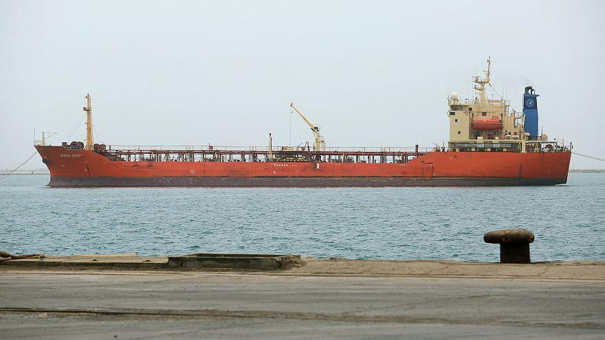 El-Hudeyde'nin Kızıl Deniz limanı yakınlarında bir gemi