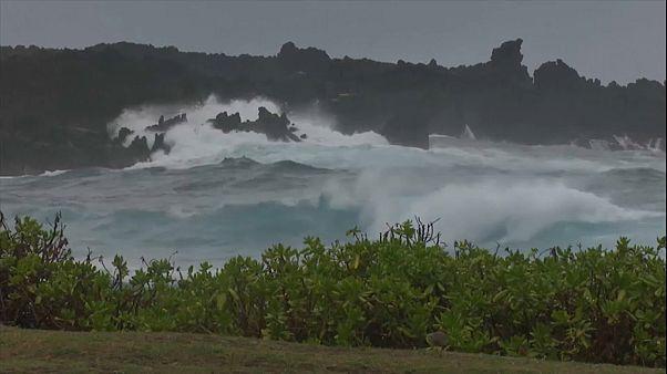 El huracán Lane se debilita pero mantiene en alerta a los hawaianos