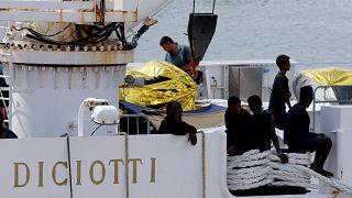 Katanya Limanı'nda bekletilen ve 177 mülteciyi taşıyan Diciotti gemisi