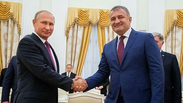 ولادیمیر پوتین، رئیس جمهوری روسیه و آناتولی بیبیلوف، رئیس جمهوری اوستیا