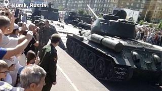 VIDEO: Russia, carro armato si cappotta durante la parata