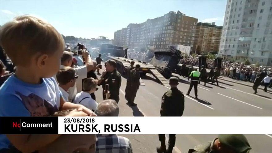 Russischer T-34 Panzer stürzt von Transportfahrzeug