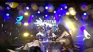 فنلندا تنظم بطولة عالمية للتظاهر بالعزف على الغيتارة