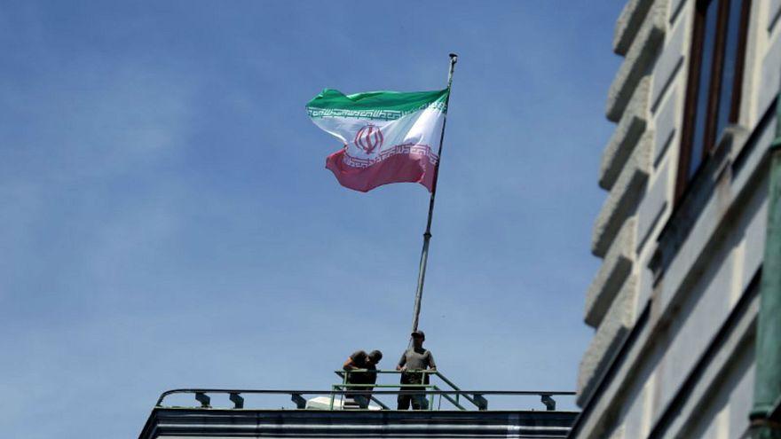 علم إيران يُرفرف فوق مقر المستشارية النمساوية اثناء زيارة للرئيس حسن روحاني