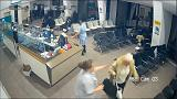 شاهد: مسلح يقتحم غرفة انتظار في مستشفى والممرضة تتصدى له