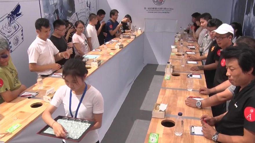 شاهد : ألف صيني يتذوقون أفخم المشروبات الكحولية