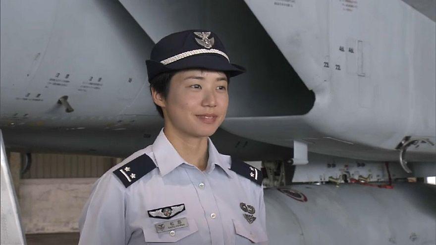 شاهد : أول امرأة تقود طائرة حربية في تاريخ اليابان