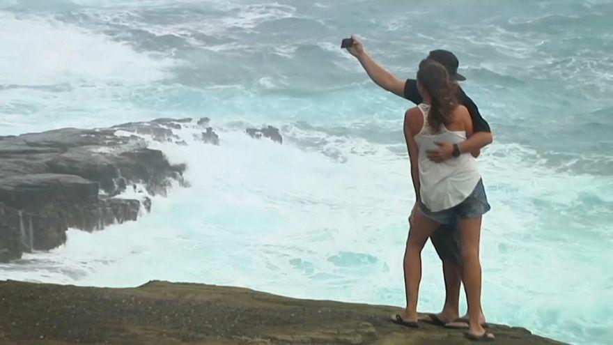 شاهد: السياح يلتقطون السيلفي أمام أمواج الإعصار لين الذي وصل هاواي