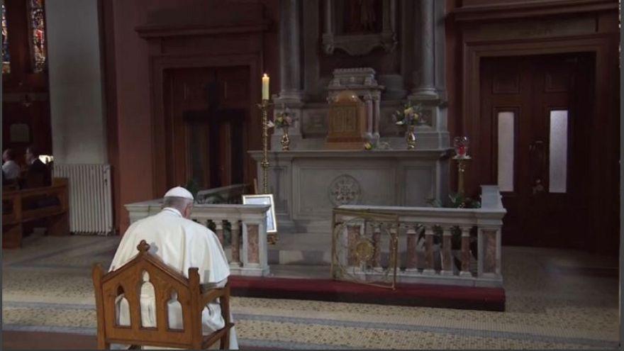 Francisco carrega cruz do passado da igreja na Irlanda