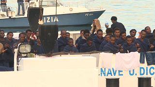 مهاجرون عى سفينة في ميناء كتانيا بإيطاليا ينتظرون إنزالهم